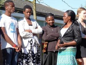 Vorne, 2. von rechts: Enigenja Mbwambo (Enny), Schulleiterin der Primary School Kalusese.
