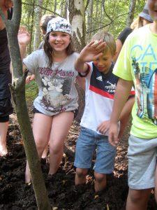 Unsere Moorwanderung: Mit nackten Füßen im Moorboden einsinken war ein Riesenspaß!