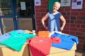 Der Förderverein bewirtet mit Kaffee und verkauft die beliebten Schul T-Shirts.