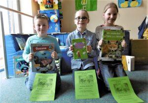 Stolz präsentieren Felix, Louisa und Lara ihre Siegerurkunden und neuen Bücher.