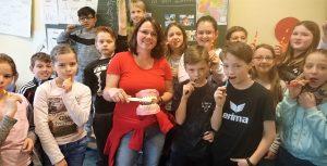 Die Kinder der 4c putzen mit selbstgemachter Zahncreme.